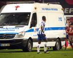 Video: Xe cấp cứu vào sân, cầu thủ phải đẩy ra