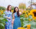 Tà áo dài Việt phấp phới tại đường hoa Home Hanoi Xuan