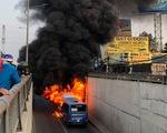 Xe buýt cháy dữ dội trong hầm chui An Sương