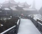 Xuất hiện mưa tuyết hiếm gặp trên đỉnh Fansipan, mưa đá ở Lai Châu