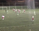 Video: Quả đá phạt siêu đẳng mang về bàn thắng từ khoảng cách 40m