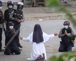 Nữ tu Myanmar quỳ xin cảnh sát hãy tha mạng cho người biểu tình, 2 cảnh sát quỳ theo