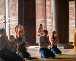 Bất chấp cảnh báo, nhiều người vào chùa Tam Chúc vẫn không đeo khẩu trang