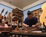 Đôi vợ chồng Sài Gòn 15 năm làm đàn handmade