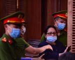 Chủ tọa đang công bố bản khai, bà Dương Thị Bạch Diệp khóc lớn phản đối