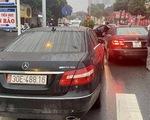 Tạm giữ 2 xe Mercedes cùng biển số