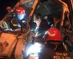 Cảnh sát cắt cabin giải cứu 2 người mắc kẹt sau tai nạn trên cầu Thanh Trì