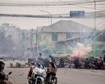 Người biểu tình Myanmar phản đối quân đội bằng... còi xe máy