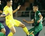 V-League 2021: Sao đá gãy chân đối phương mà trọng tài chỉ rút thẻ vàng?
