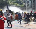 Thêm 2 người bị bắn chết ngày 8-3, phụ nữ Myanmar treo xà rông để