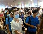 Hàng ngàn khách chen chúc chờ soi chiếu ở sân bay Tân Sơn Nhất