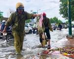 Đường Phạm Văn Đồng ngập, kẹt xe sau mưa lớn, CSGT phải moi rác cho nước chảy