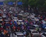Ùn tắc khắp Hà Nội do mưa lớn, ban ngày nhưng trời