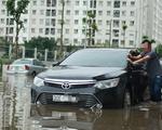 Hà Nội: Mưa lớn, nhiều ôtô dầm trong nước ngập