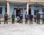 10 người nhập cảnh trái phép từ Campuchia còn mang theo... gỗ lậu