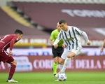 Ronaldo lập công cứu Juventus thoát thua trận derby Turin