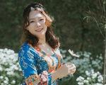 Cùng Nguyệt Ca hát Cho con, Chỉ có một trên đời, Cánh én tuổi thơ bằng tiếng Anh