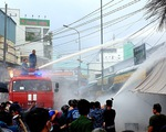 Bộ đội hải quân giúp dân dập tắt vụ cháy tiệm tạp hóa ở Phú Quốc