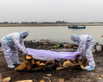Ấn Độ giăng lưới vớt thi thể trên sông Hằng