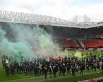 CĐV Man Utd xuống sân tỏ rõ giận dữ, trận gặp Liverpool phải hoãn