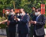 Chủ tịch nước Nguyễn Xuân Phúc dâng hương tưởng niệm tại Ngã ba Giồng