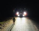 Tài xế dừng xe giúp cháu bé 2 tuổi lang thang giữa đêm: