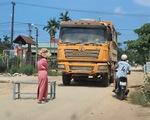 Người dân liên tiếp chặn xe thi công cao tốc Cam Lộ - La Sơn do khói bụi mù mịt