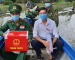 Đưa thùng phiếu lên biên giới cho lực lượng chống dịch COVID-19 bầu cử
