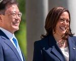 Phó tổng thống Mỹ bị chỉ trích sau khi bắt tay tổng thống Hàn Quốc