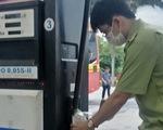 Phát hiện một cửa hàng xăng dầu Petrolimex bán dầu diesel chứa tạp chất