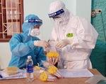 Một người bán rau ở Hà Nội tháng 5 không đi đâu, rát họng đi khám phát hiện mắc COVID-19