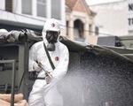 Bộ đội hóa học phun khử khuẩn nhiều đường ở quận Gò Vấp