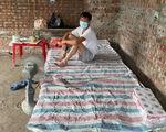 Thương bác thợ xây cách ly trong căn nhà xây dở, dân chung tay giúp đỡ