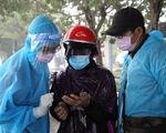 Tình nguyện viên dầm mưa dãi nắng trực chốt chống dịch COVID-19