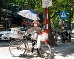 Nắng nóng như nung, người Hà Nội vẫn phơi mình mưu sinh