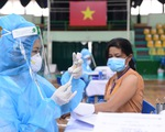 Người dân TP.HCM đi tiêm vắc xin ngừa COVID-19