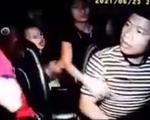 Nam thanh niên đấm liên tiếp vào mặt tài xế taxi bất chấp có trẻ nhỏ trên xe