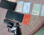 Bắt nghi phạm sử dụng giấy chứng minh công an giả có mang theo súng ngắn