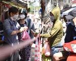 Đi chợ qua sợi dây giăng tại các chợ truyền thống ở TP.HCM