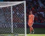 Video: Thủ môn Tây Ban Nha đỡ bóng hụt ngớ ngẩn khiến đồng đội... phản lưới nhà