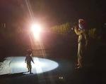 CSGT tìm gia đình bé gái 2 tuổi đi lạc giữa đêm trên quốc lộ