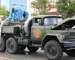 Quân đội điều xe đặc chủng khử khuẩn khu vực phong tỏa ở Hà Tĩnh