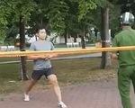 Bị nhắc nhở vẫn thản nhiên tập thể dục ngoài công viên, một thanh niên bị phạt 4 triệu