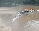 Mưa lớn gây ngập lụt ở Trung Quốc, tàu thuyền bị cuốn đi