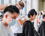 Nghệ sĩ vừa cắt tóc, vừa hát phục vụ y bác sĩ: