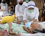 Singapore kêu gọi người già chưa tiêm vắc xin ở trong nhà