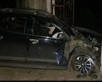 Gây tai nạn làm 4 người bị thương, tông hỏng cổng đình rồi nằm ra bãi cỏ xem điện thoại