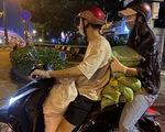 Hoa hậu Trần Tiểu Vy đi xe máy trao 3 tấn gạo cho người nghèo, người vô gia cư tại TP.HCM