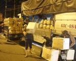 Đóng chợ đầu mối, nông sản được mua bán ngay trên đường