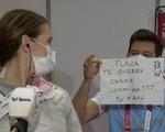Thua trận ở Olympic, nữ kiếm sĩ Argentina được huấn luyện viên cầu hôn trên truyền hình